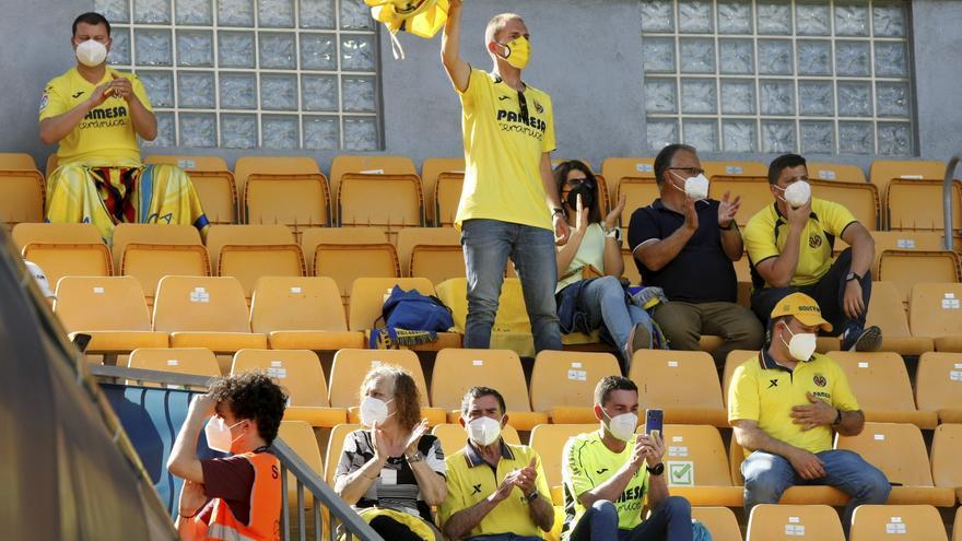 """La afición del Villarral despidió a los jugadores con un """"¡A Polonia,  a Polonia!"""