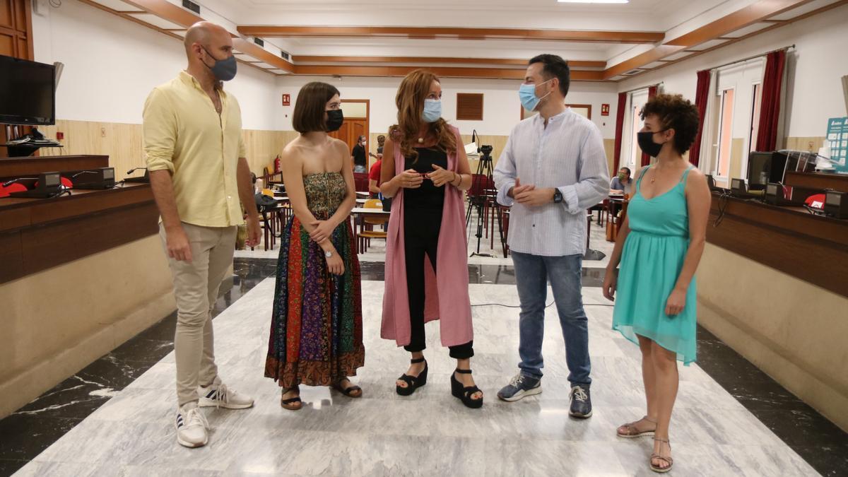 La concejal Marián Aguilar (centro) junto a artistas y organizadores.