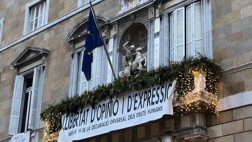 Torra canvia la senyera per la bandera europea al balcó del Palau de la Generalitat