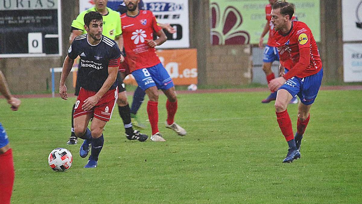 Los futbolistas del Barco presionan desde la distancia a un rival, ayer en Calabagueiros. |  // FDV