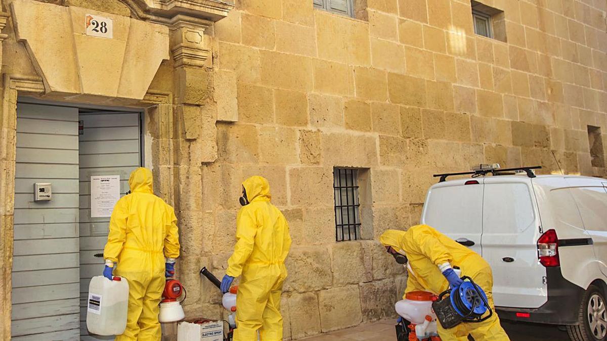 Operarios desinfectan el Santuario y el Monasterio.