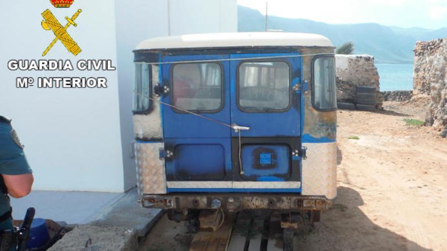 El Seprona denuncia el abandono en La Graciosa de dos coches inservibles