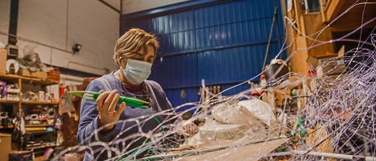 Teresa Costales, en plena faena, en su taller de Lastres; a la derecha, un detalle y, abajo, redes.