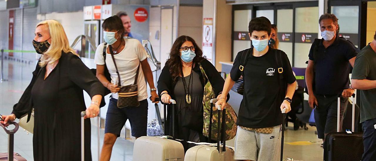 Llegada de turistas al aeropuerto de Eivissa.   TONI ESCOBAR