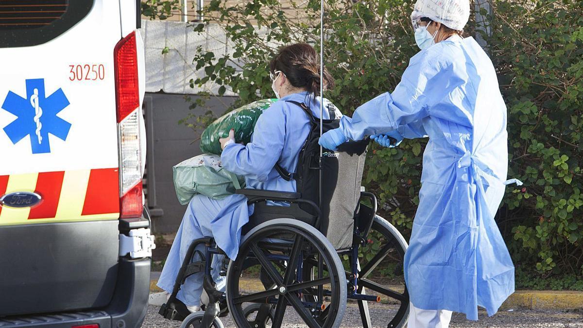 Una paciente ingresa en un hospital valenciano en la tercera ola, ayudada por una enfermera. | F BUSTAMANTE
