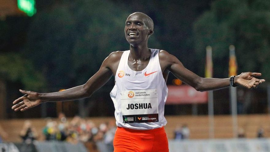Josua Cheptegei bate el mítico récord de Bekele en los 10.000 metros lisos