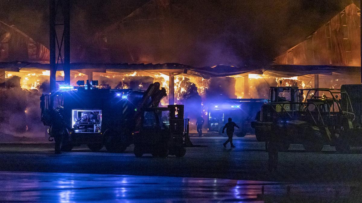 Labores de extinción del incendio de Cobadu