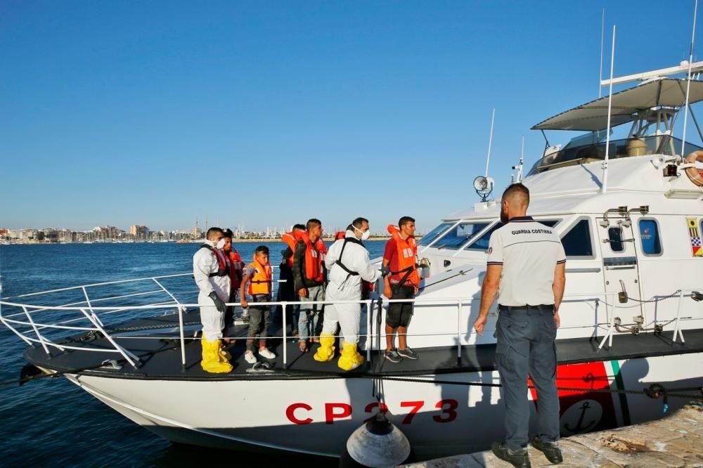 Rescatan a 10 personas de una patera en Cabo de Palos y las llevan a Torrevieja