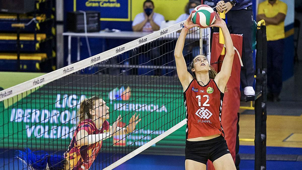 María Alejandra Álvarez del Burgo (12) coloca un balón en un choque ante su nuevo equipo, el CCO 7 Palmas. | | LP/DLP