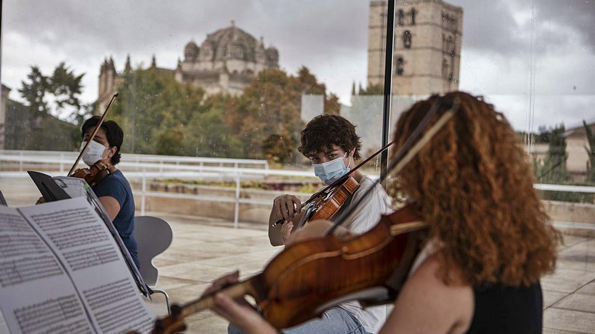 Músicos de la Joven Orquesta Sinfónica de Zamora en los ensayos en el Consejo Consultivo. | Emilio Fraile