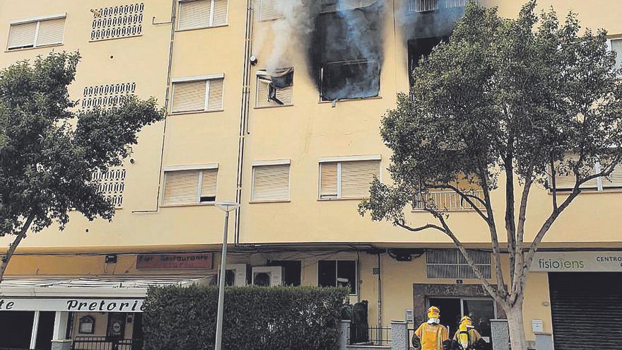Tres intoxicados y cuantiosos daños en dos incendios en viviendas en Palma