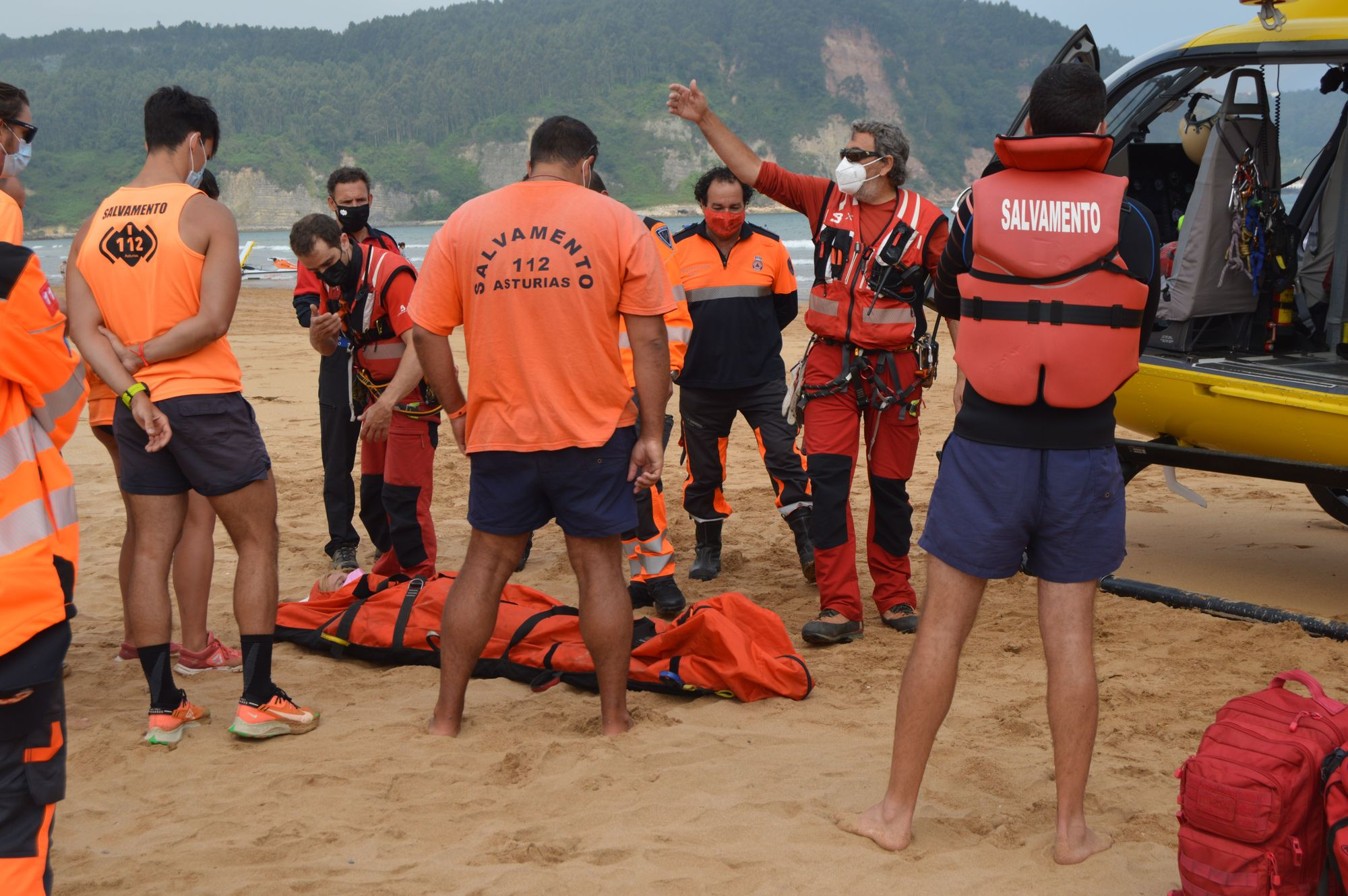 Así fue el simulacro de Salvamento en la playa de Rodiles