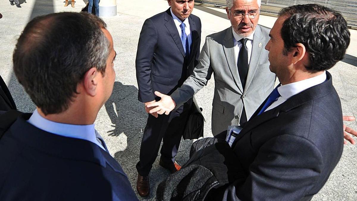 Mauricio García charla con Antonio Rubio y Daniel Moreno tras la salida de los juzgados.