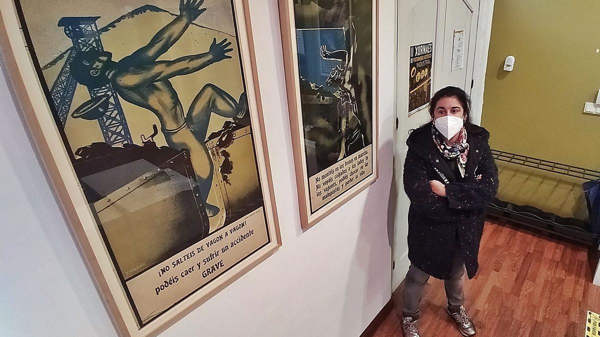 Les historiadora María Fernanda Fernández, al pie de dos de los cuadros colgaos nel recibidor del centru d'interpretación de Bustiello.