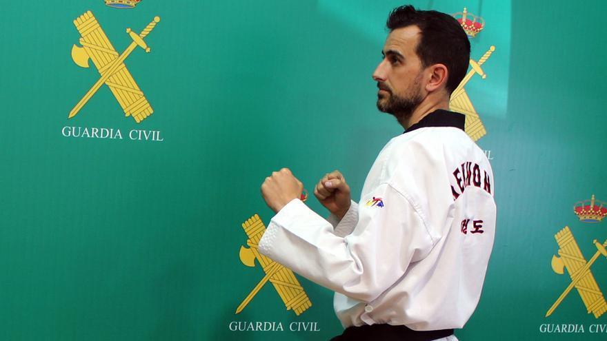 """Cristian Martínez: """"El taekwondo me permite cargar las pilas tras un servicio de estrés mental"""""""