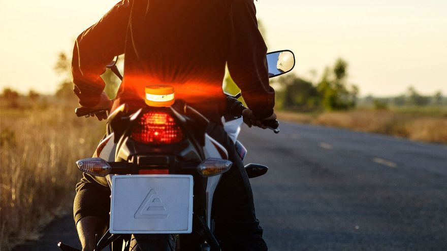 Las luces de emergencia toman el relevo al triángulo en pos de la seguridad