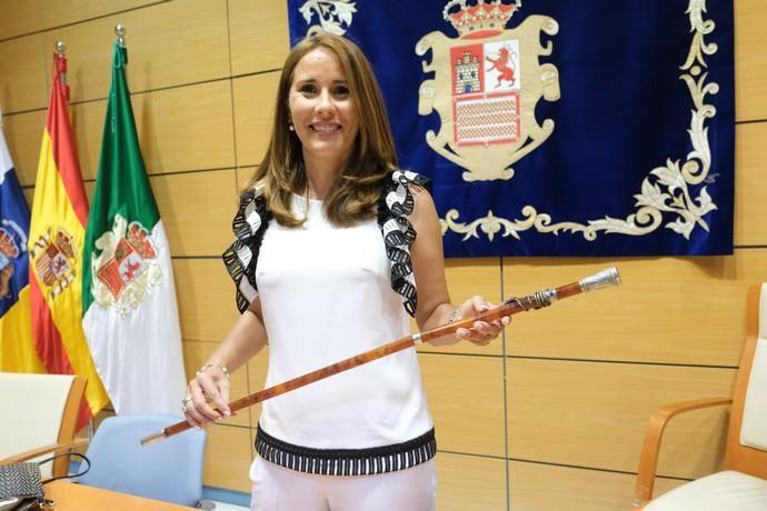 La candidata de Coalición Canaria, Lola García, jura su cargo tras convertirse en la primera mujer que preside el Cabildo de Fuerteventura en 106 años de historia.