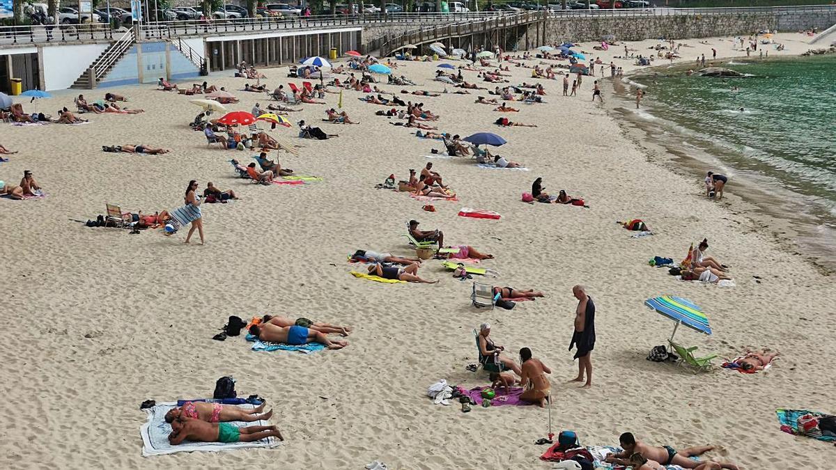 Bañistas en la playa de Portocelo este verano. |  // SANTOS ÁLVAREZ