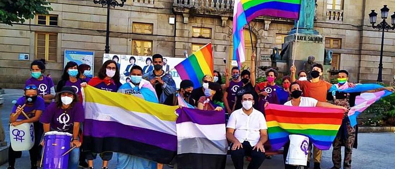 Manifestación en Tui en protesta por quemar una bandera LGTBI.