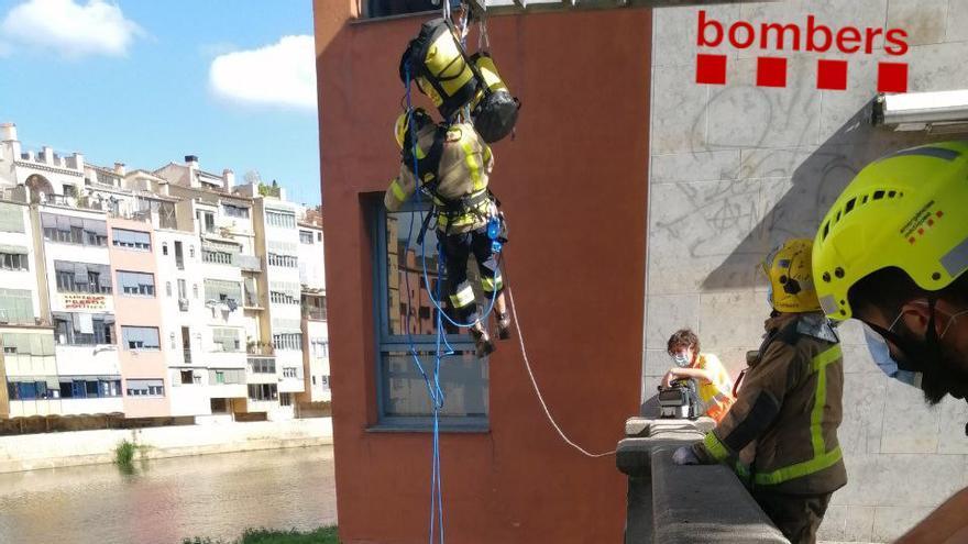Un home es precipita al riu Onyar des d'una alçada de cinc metres a Girona