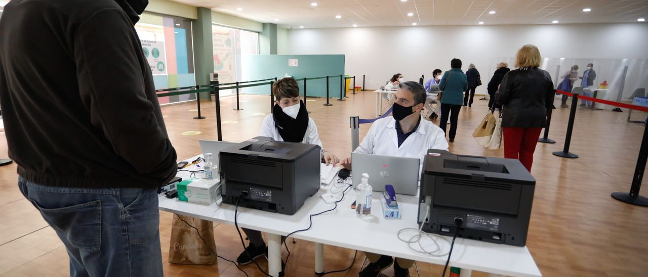 Personal sanitario en el centro de vacunación de Parque Astur.