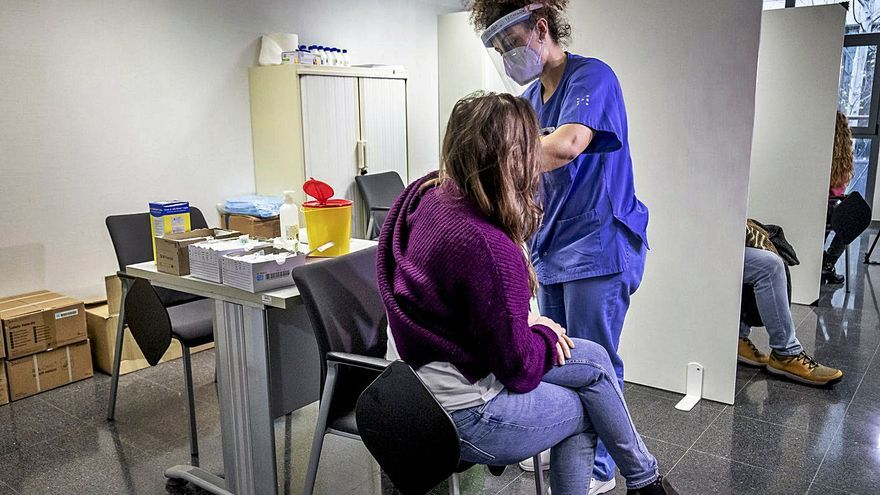 Malestar entre los docentes mayores de 55 años por la demora en ser inmunizados