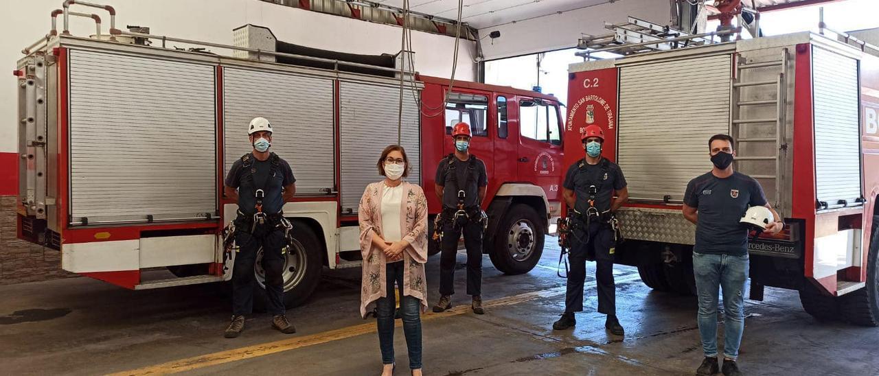La edil Inés Rodríguez junto a varios agentes de bomberos de Maspalomas, en el parque de San Fernando