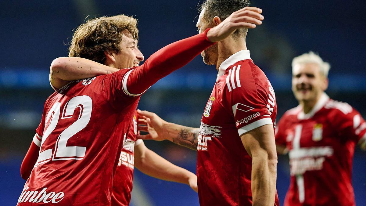 Delmás es felicitado por sus compañeros tras conseguir el gol que abrió la victoria del FC Cartagena en el campo del Espanyol.   LOF