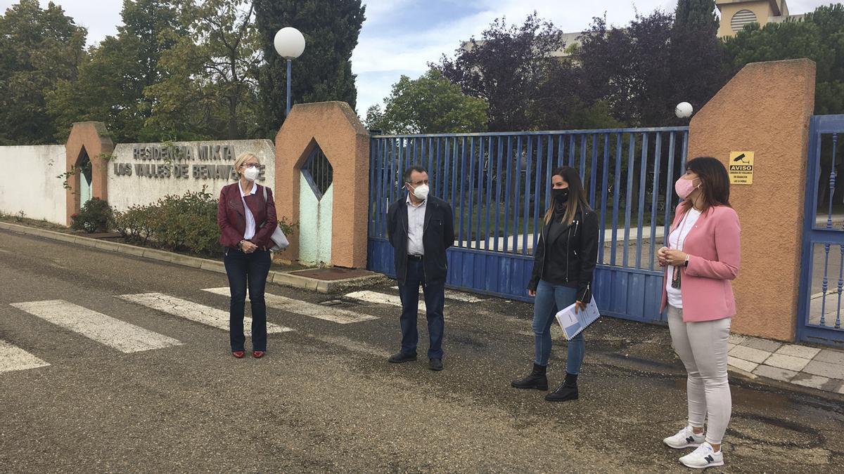 Los procuradores socialistas posando delante de la Residencia Mixta de Benavente y Los Valles tras su comparecencia.