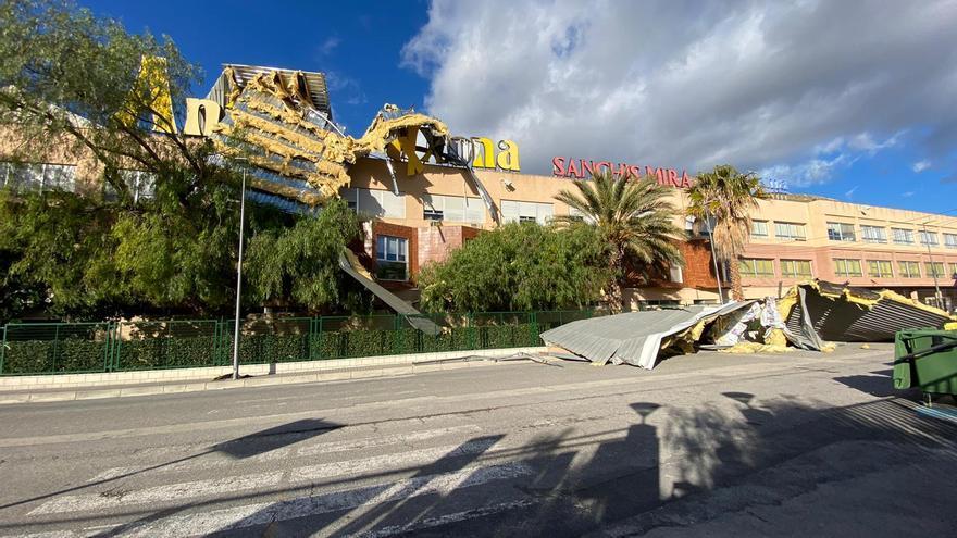 Parte del tejado de una turronera cae sobre la calle y el patio de un colegio en Xixona por el viento