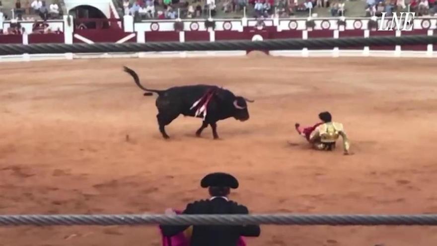VÍDEO: Así fue el gran susto de Roca Rey al matar un toro en Gijón