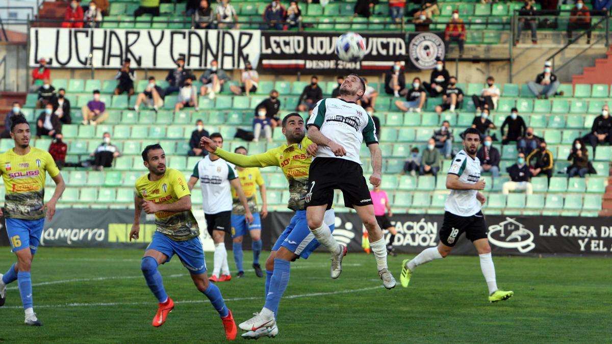 Chirri pugna por el balón con un jugador del Villarrubia.