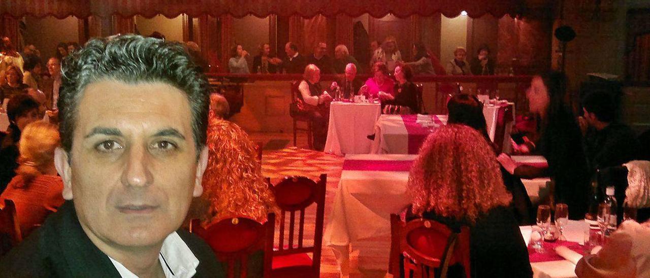 """Juan Carlos de la Madrid, durante la representación del """"Pimiento Verdi"""", de Boadella, con la que la sala del Palacio Valdés era un restaurante."""