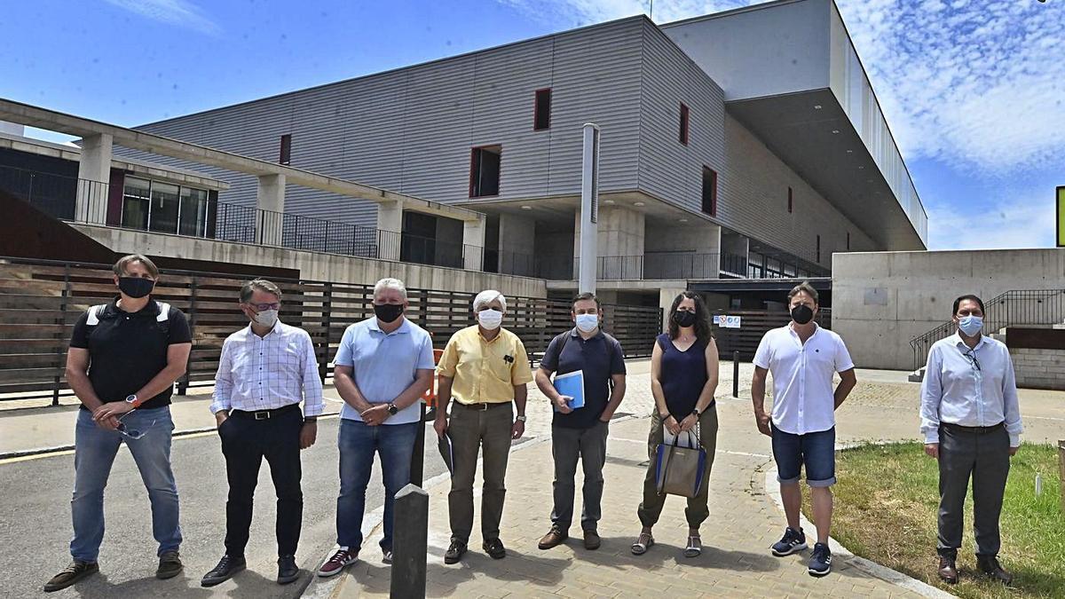 Responsables autonómicos, de la empresa adjudicataria y de la localidad visitaron ayer el recinto deportivo.