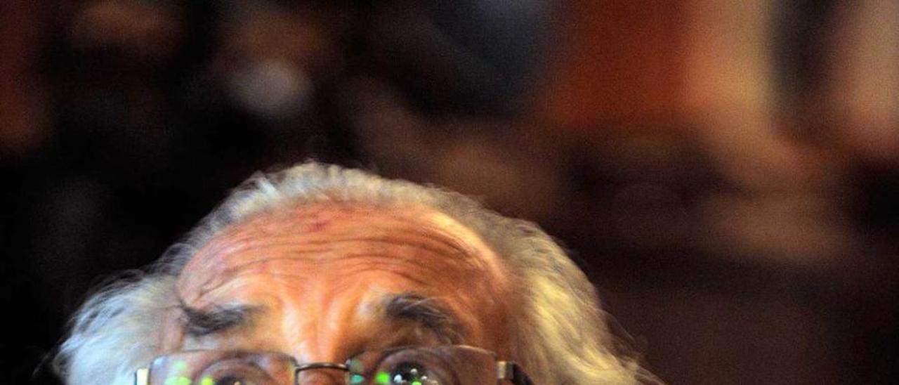 LA FAMILIA BUENO AL COMPLETO. De izquierda a derecha, Lino Camprubí Bueno (nieto), Álvaro Bueno (hijo), Livia Camprubí, sentada junto a Carlos y Gustavo Bueno Pando (nietos), el filósofo, al lado de su mujer, Carmen Sánchez; tras ellos, Eulalia González y su marido, Gustavo Bueno Sánchez; junto a ellos, Carmen Bueno y, a la derecha, su hermano Carlos. La foto fue tomada el viernes pasado en Santo Domingo de la Calzada, donde el filósofo nació hará mañana 90 años y donde recibió el homenaje de sus paisanos.