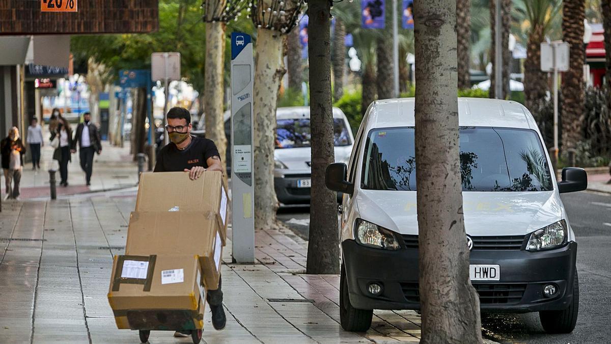 Un trabajador realiza una entrega de mercancía en Alicante. El aumento de las compras online generará más contratos en distribución.