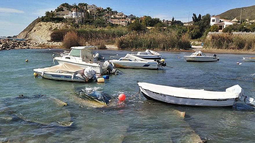 Cala Baeza: cementerio de embarcaciones