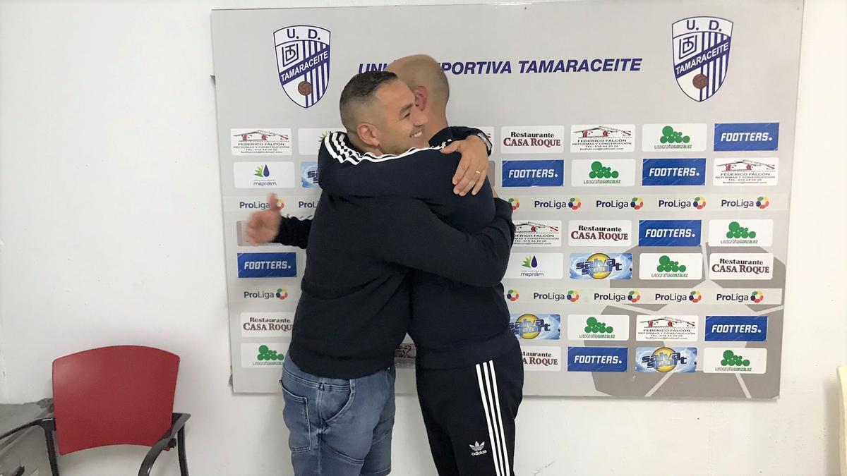 El abrazo de Héctor Ramírez, presidente de la UD Tamaraceite, y el técnico saliente Chus Trujillo.