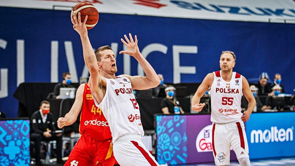 El polaco Adam Waczynski, frente a la selección española durante las Ventanas FIBA.