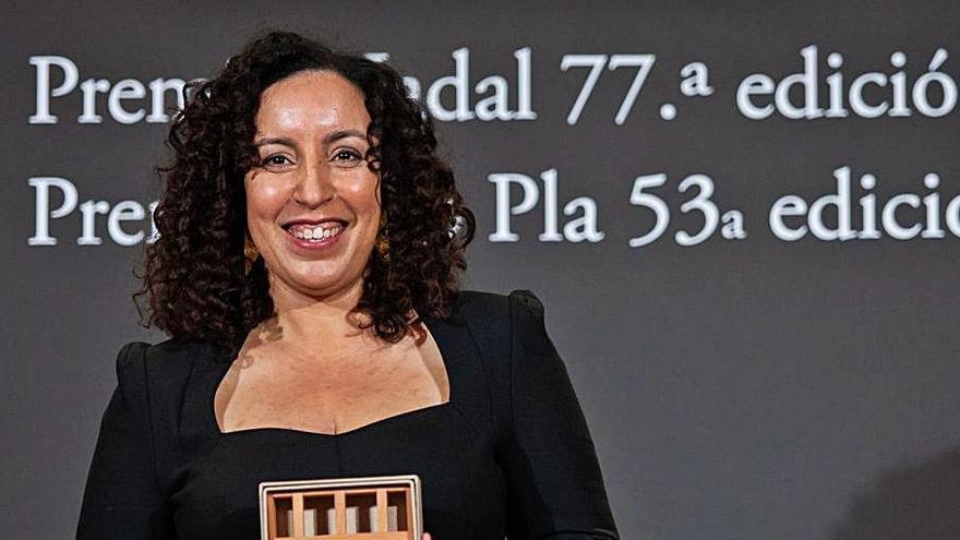 La autora Najat El Hachmi, tras recoger el galardón.  