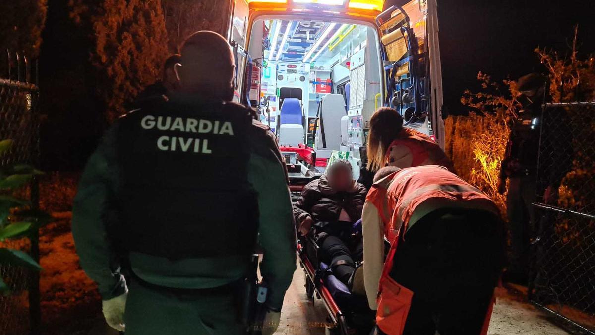 Momento del traslado de la mujer a la ambulancia.