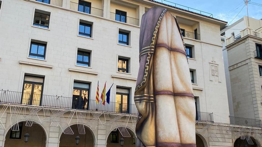 La instalación del Belén gigante del Ayuntamiento de Alicante comienza con San José