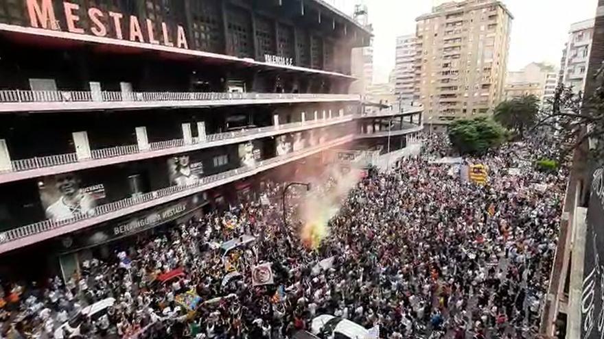 La protesta contra Peter Lim llena las calles y llega a Mestalla