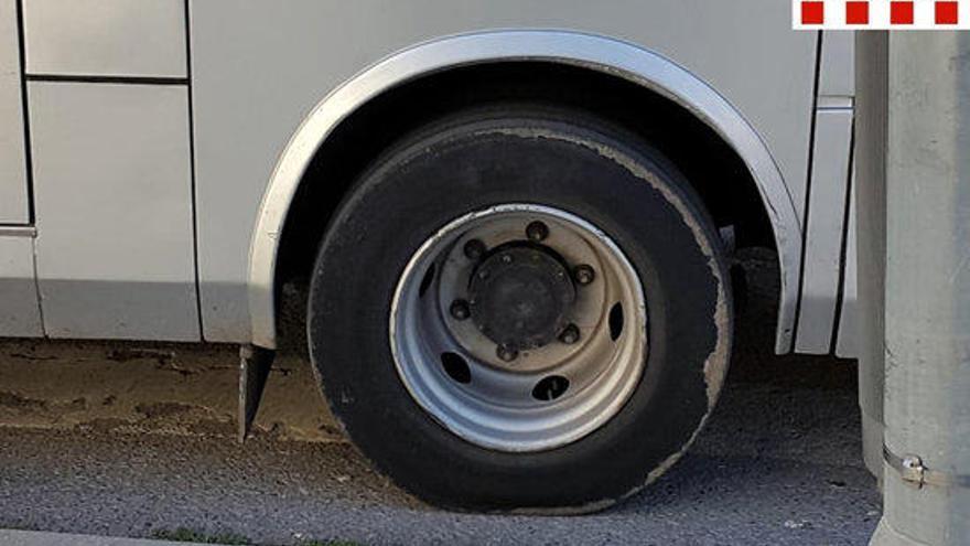 Immobilitzen un autocar amb 28 escolars a l'AP-7 amb els pneumàtics desgastats