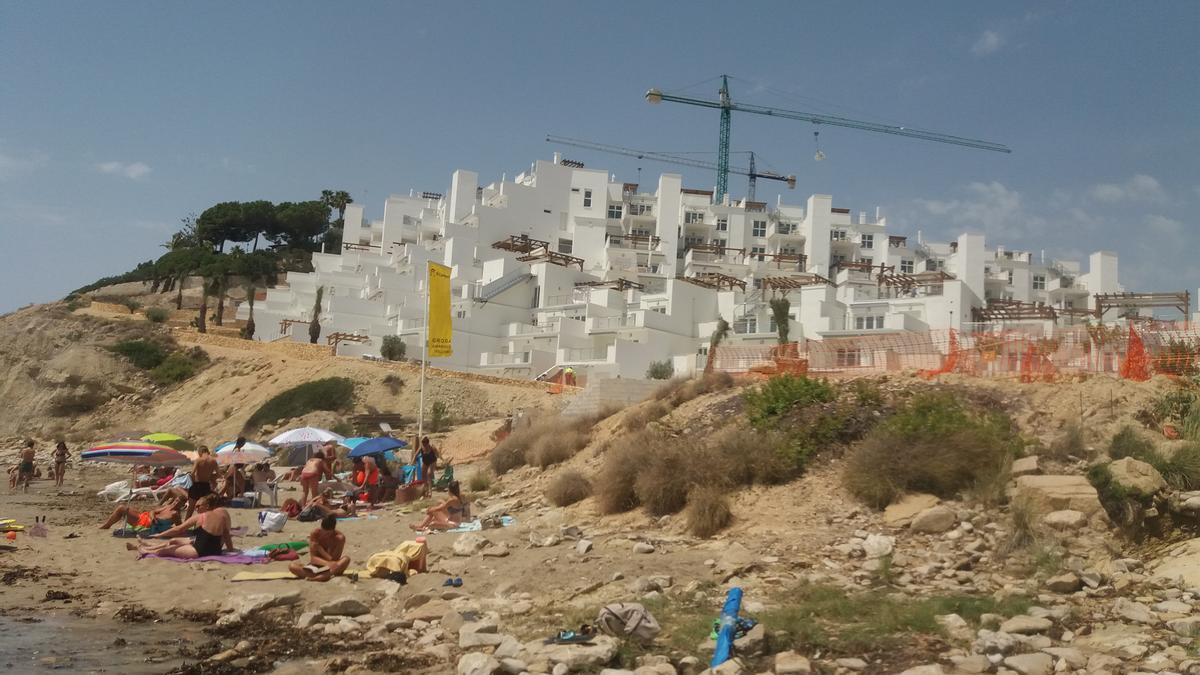 La Cala Lanuza, con los apartamentos turísticos prácticamente acabados, en una imagen del pasado julio.