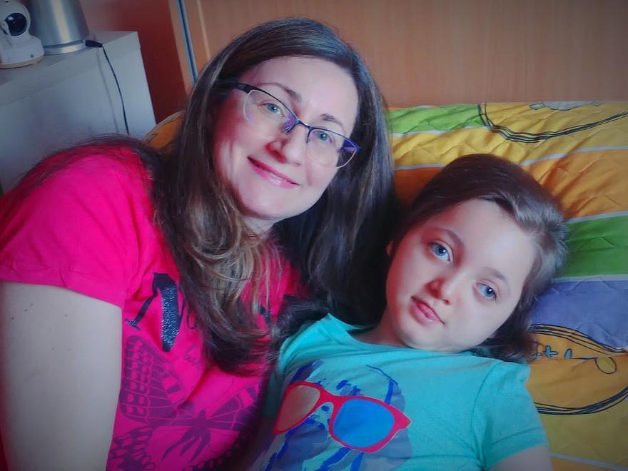 Ana Beojardín, junto a su hija, Fátima, en su casa de Ferrol.