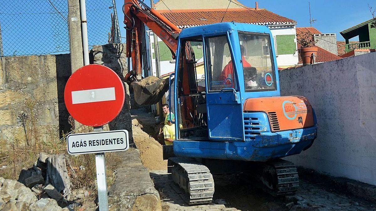 Obras de instalación del saneamiento en Lourizán.