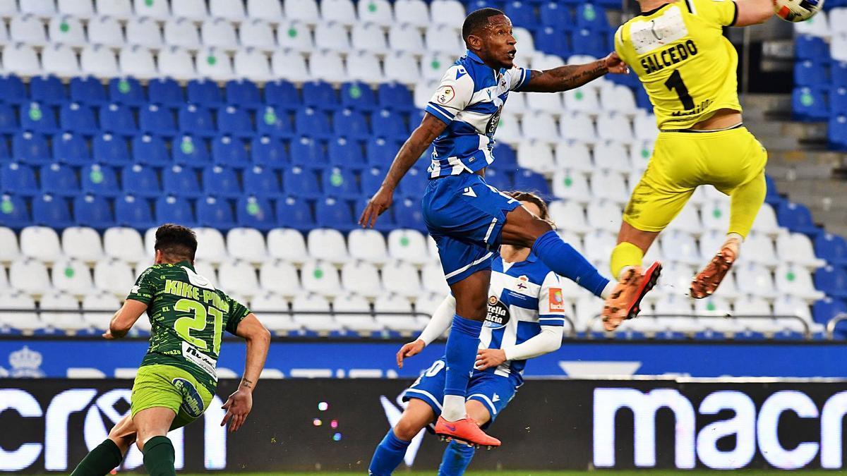 Beauvue salta con el portero del Guijuelo, en el último partido del Deportivo en Riazor. |  // CARLOS PARDELLAS