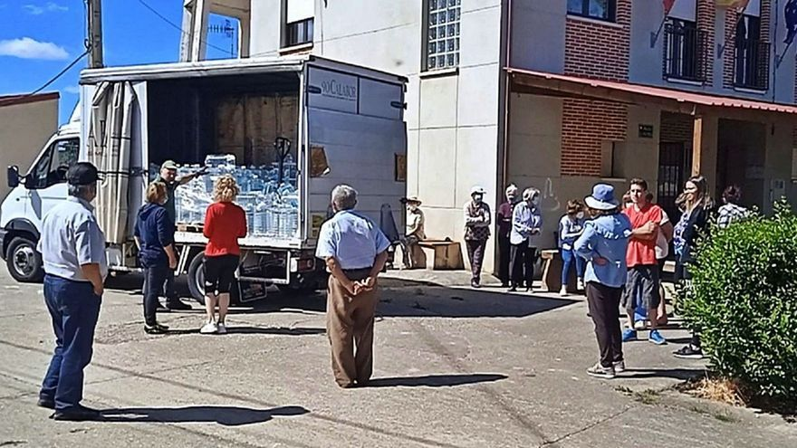 La Diputación de Zamora reparte 7.200 litros de agua entre los vecinos de Bercianos