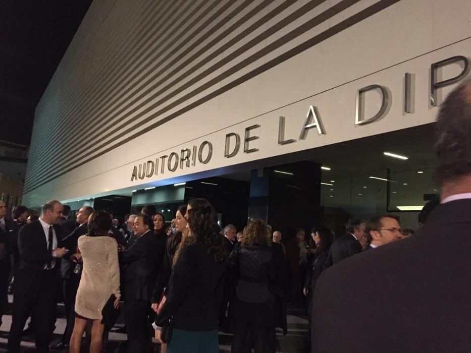 Expectación en la entrada del auditorio